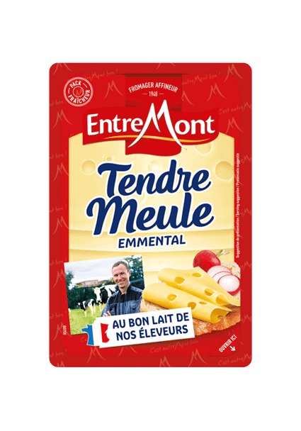 Emmental tendre meule en tranches.