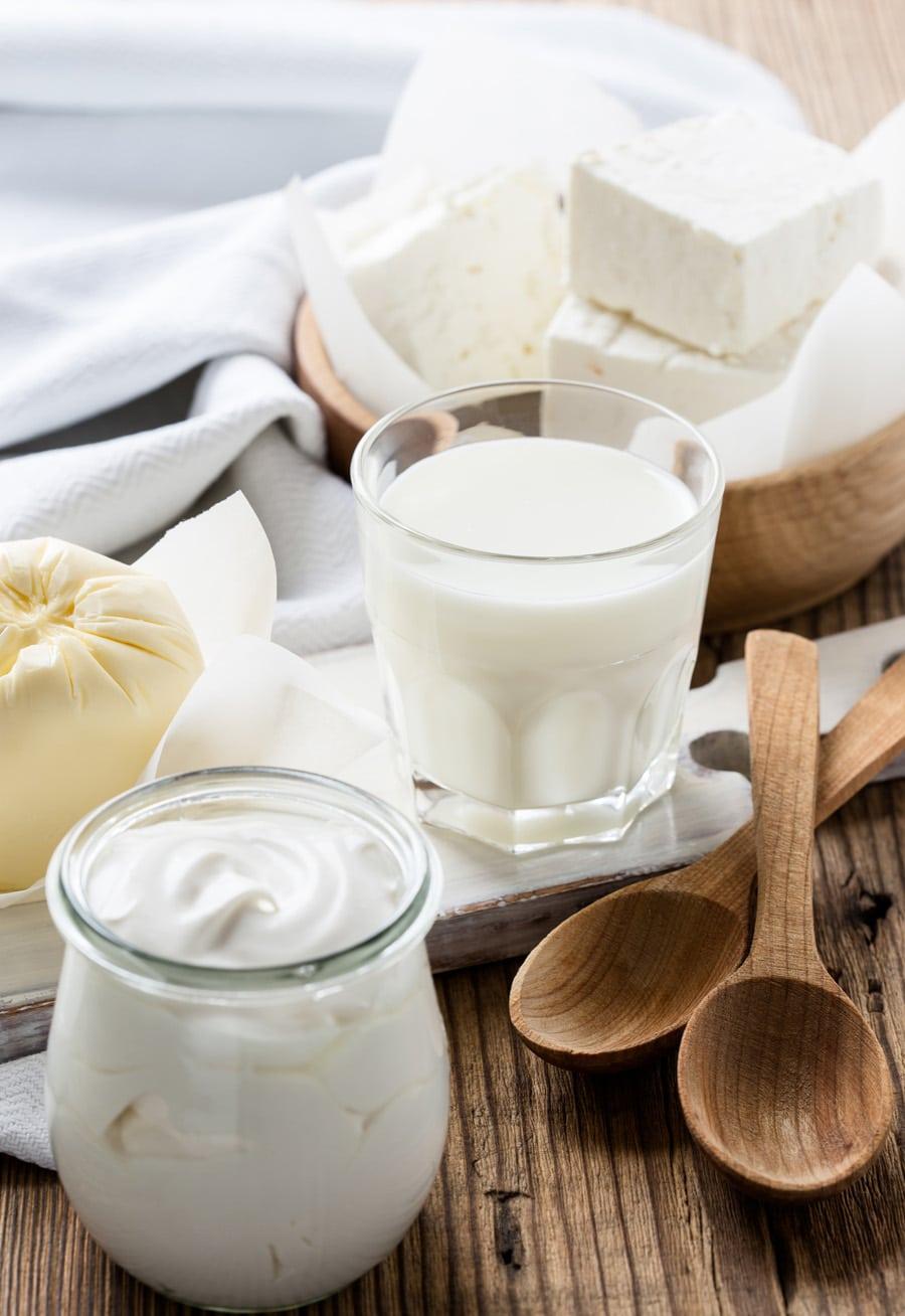 Produits laitiers disposés sur une table.