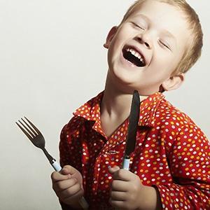 Un enfant exprime sa joie avant de déguster une raclette.