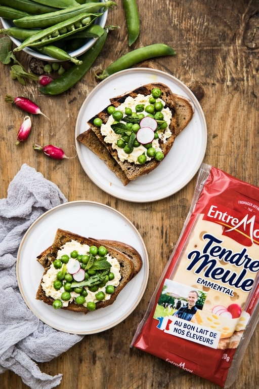 Grilled toast with peas and cream of Tendre Meule cheese