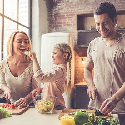 Famille cuisinant un recette facile Entremont