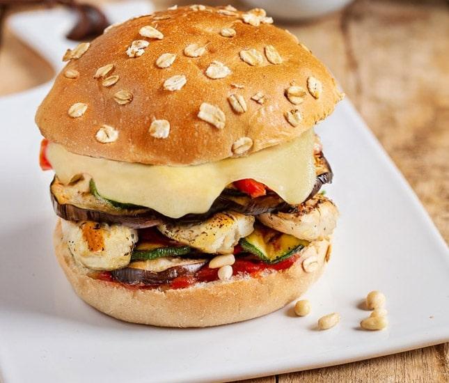 Burger aux légumes d'été et emmental bio.